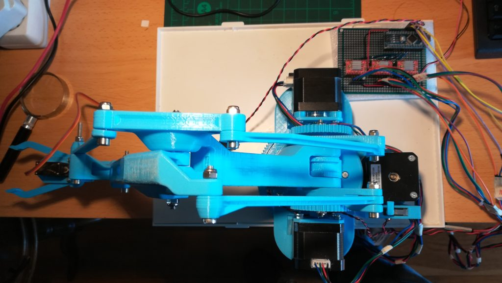 Vista superior do braço robótico RAMK2P com a placa controladora